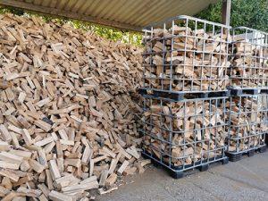 Lagerhalle mit Feuerholz und Brennholz